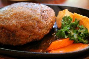 ハンバーグの玉ねぎを炒める理由は?炒めないでおいしく作るコツもご紹介