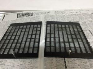 取り外したフィルタはいったん新聞紙の上にのせます。