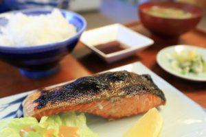 サーモンと鮭、シャケの違いは?人気ランキング1位の魚について解説
